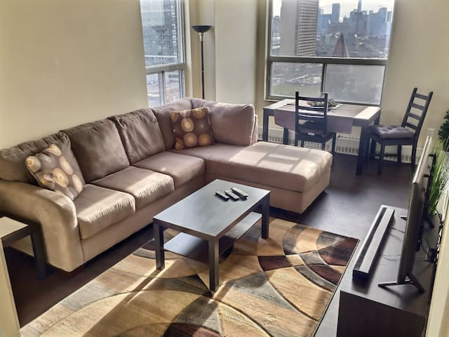 Bright Downtown Condo - Heart Of The City