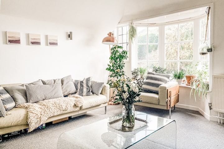 A light and airy flat in the centre of Totnes