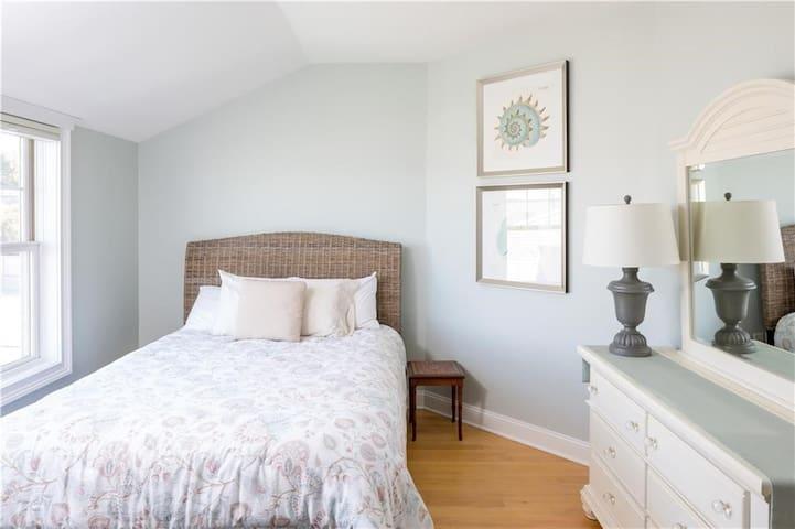 Guest bedroom queen bed with en suite bathroom.