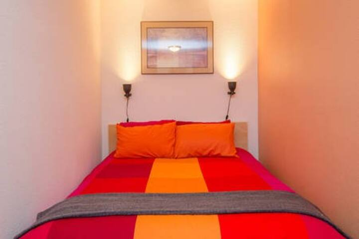 Elegant Tangerine Room, 10 min drive to downtown