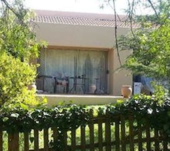 Cosy cottage in secure nature estate central - Midrand