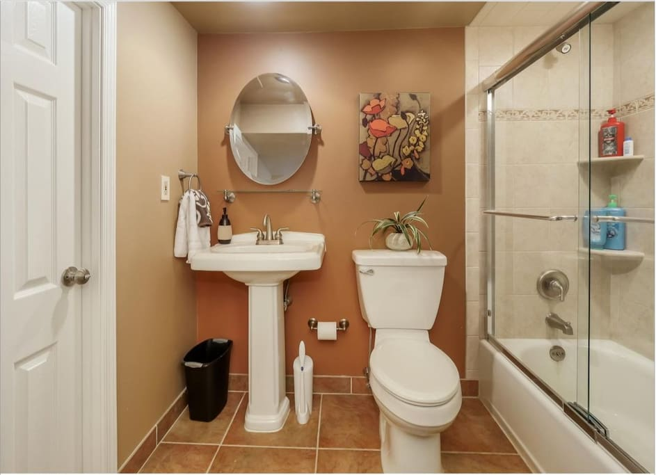 Private bathroom to the king size bedroom