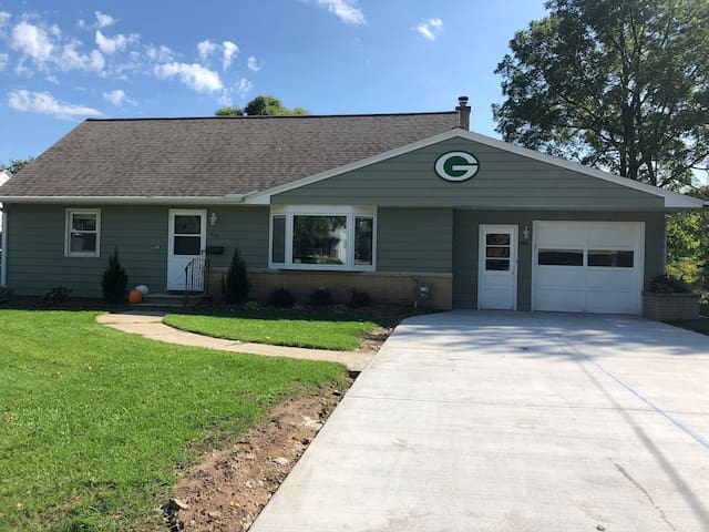 60 Yard Line House - Walking Distance To Lambeau