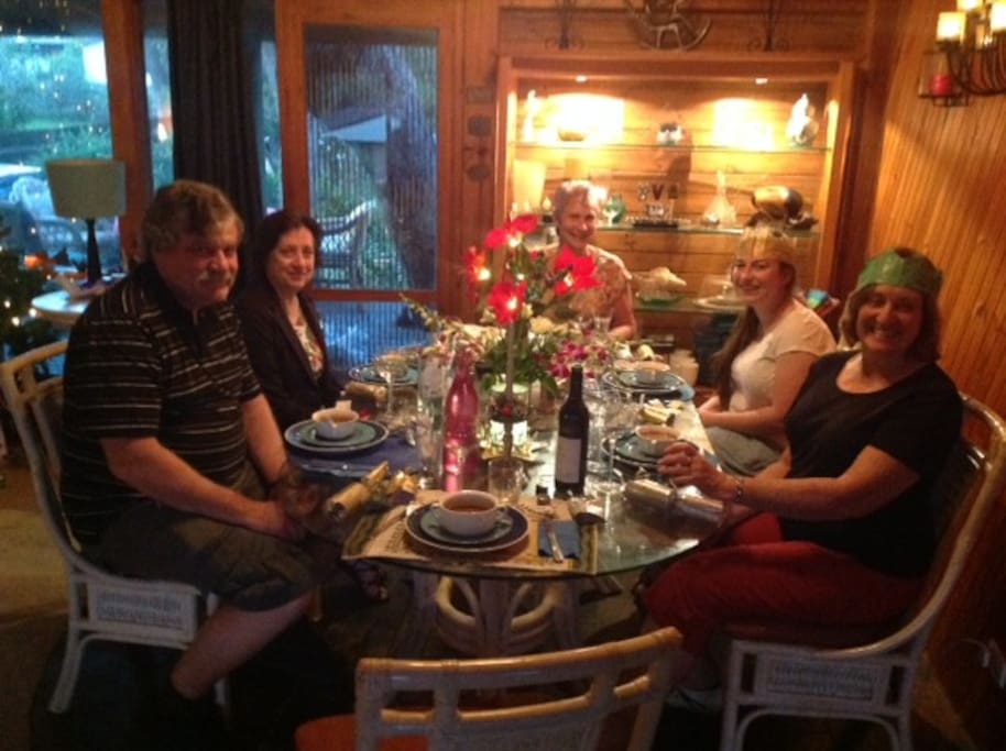 Hosting 5 guests at a Christmas season dinner.