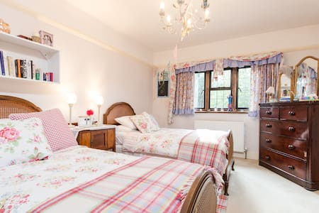 30 MINS - TRAIN TO WATERLOO, LONDON - Esher - Bed & Breakfast