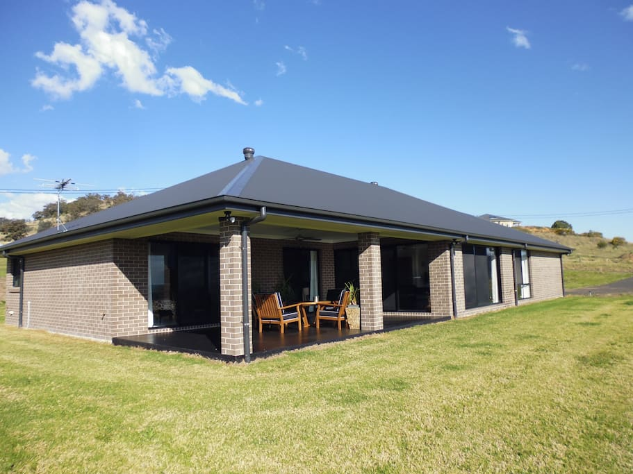 The house is nestled on a hillside overlooking the beautiful Upper Hunter Valley. Its just 20 minutes drive to Scone - the Horse Capital of Australia - and 8 minutes to Aberdeen and 3 kms to Lake Glenbawn State Park.
