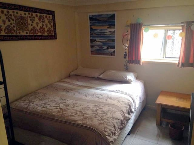 Large bed + private lounge room - Cannon Hill - Haus