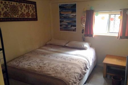 Large bed + private lounge room - Cannon Hill - House