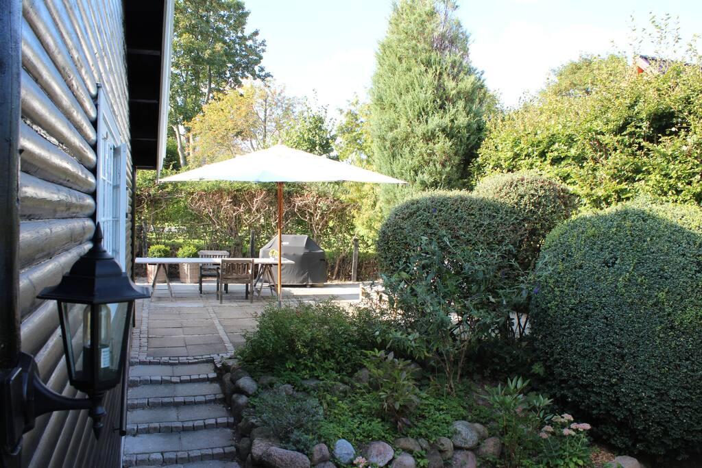 Stor terrasse ud fra køkken -  stor gasgrill og havemøbler.