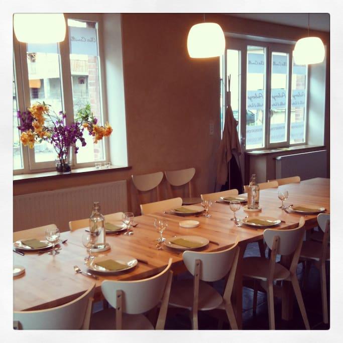 La table commune peut accueillir jusqu'à 20 convives