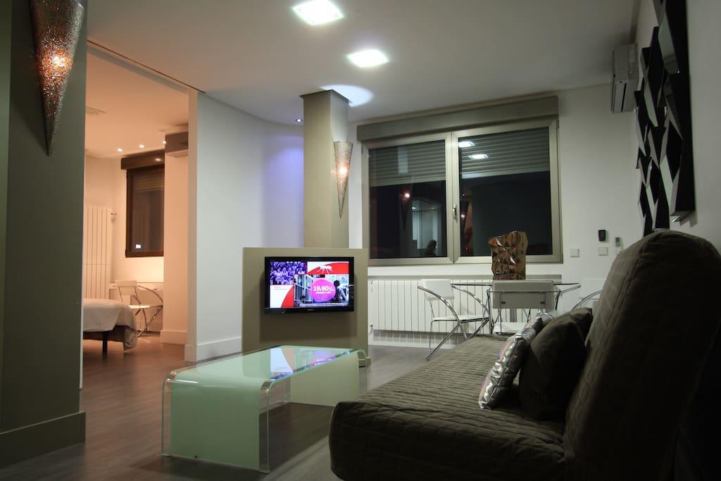 Salon de diseño y calidad con sofa cama grande. Vistas al Paseo de la Castellan/Bernabeu