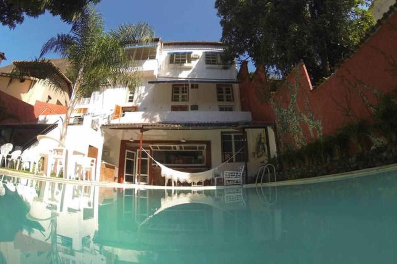 Vista da casa desde o jardim com piscina.