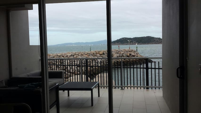 2 Level Waterfront Apartment - Nelly Bay - Pis