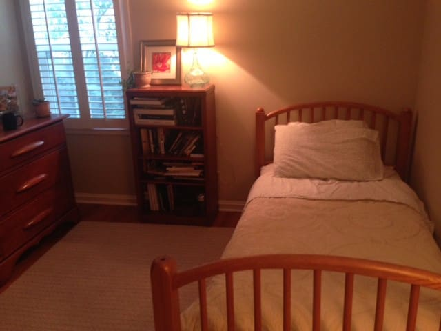 Cozy Room in Lovely Prairie Village - Prairie Village - Talo
