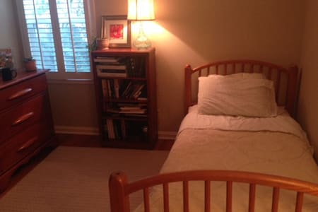 Cozy Room in Lovely Prairie Village - Prairie Village