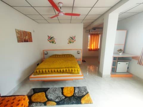 Saulėtai oranžinė erdvus Insta stiliaus prabangus miegamasis