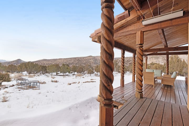 Spacious home w/ views of the Moab Rim & La Sal Mountains - year-round activity!