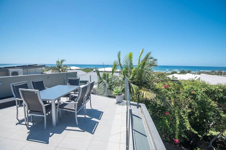 Peregian Noosa home, oceanview, pool, 190m t/beach