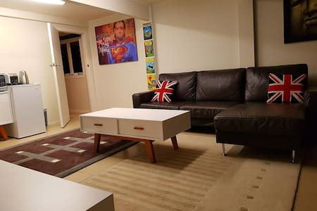 Ensuite Queen Room and separate lounge room - Auckland