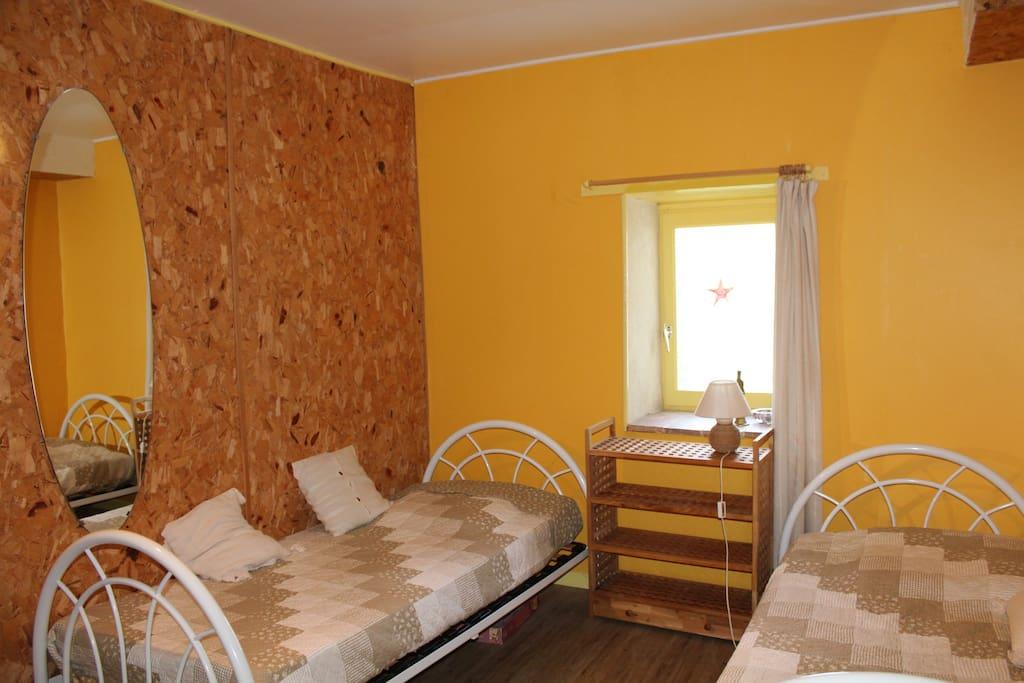 Chambre au calme, deux lits.