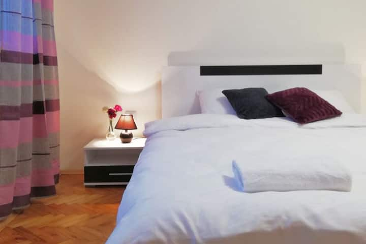 New & Comfortable Top Center apartment
