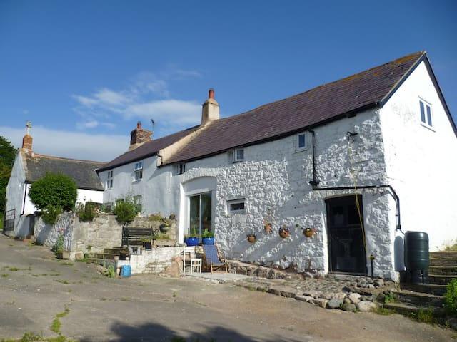Old Welsh farmhouse peace and quiet - Colwyn Bay - House