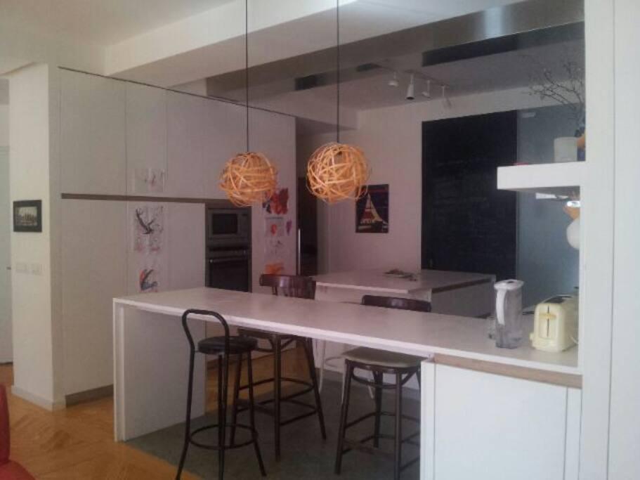 The open-concept kitchen. La cocina con barra americana. La super cuisine.