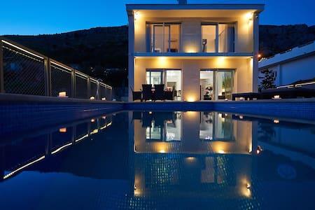 VILLA MARANATA 5 stars luxury spa villa  open pool