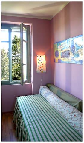 PURPLE ROOM la lampada handmade, i tessuti vintage e la grande tela di Daniela Vignati