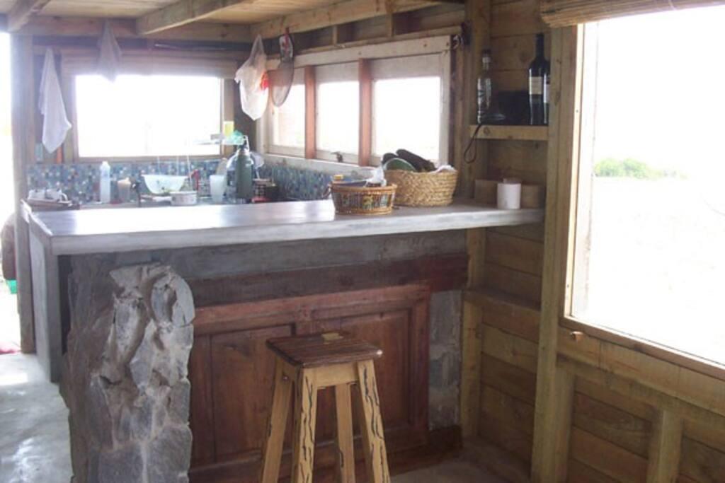 Barra y cocina integrada al living.