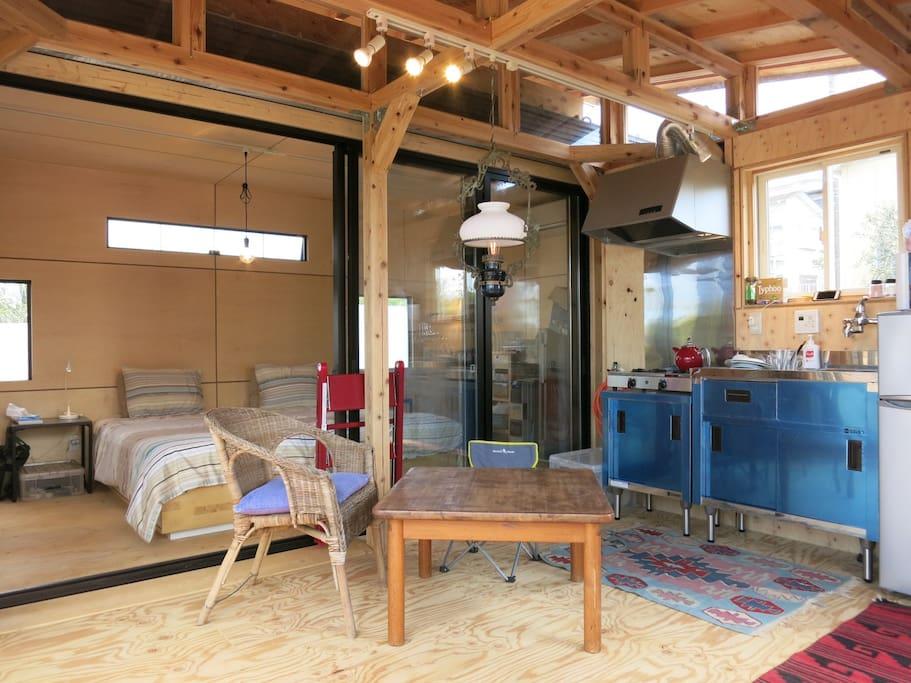 キッチンリビングからベッドルームを見る ちなみにベッドルームはコンテナハウスでしてリビングとは構造的には分かれています。 Kitchen and living - Small but good for a couple or perhaps for a family with small children