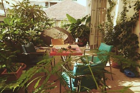 Gemmayze's rooftop - سطيحة الجميزه - Beiroet