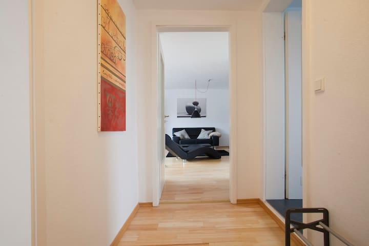 Einblick von Diele in Wohnzimmer