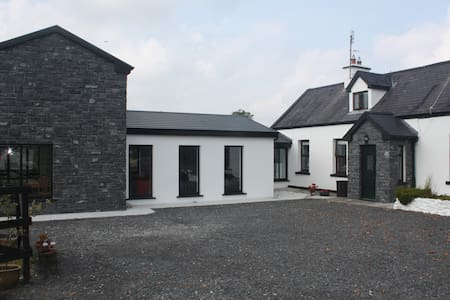 Irish Cottage and 21st Century Apt. - Sligo