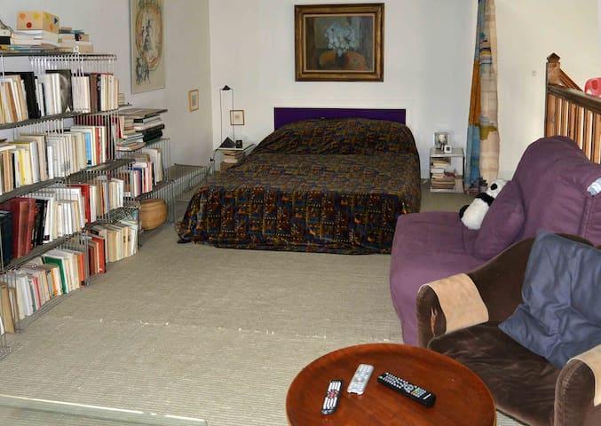 chambre mezzanine avec un lit 2m60, 1 lit simple pliant et un bureau vue sur la mer