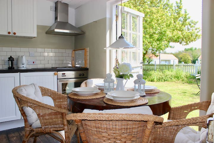 Mulberry Cottage /3-bed home on Osea Island, Essex
