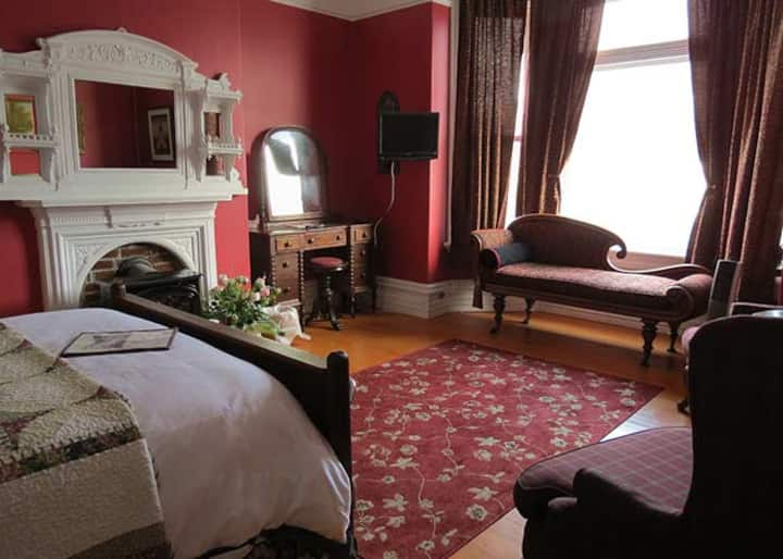 Gorgeous room, high ceilings, large, downtown.