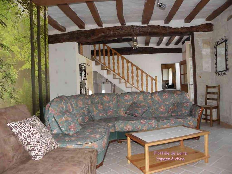 Le vaste salon, 30 m², avec accès direct sur le jardin