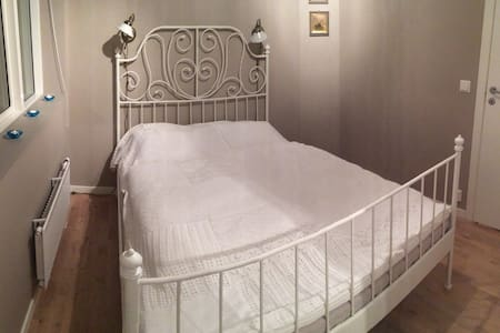 Charming room with kingsize bed - Fjerdingby