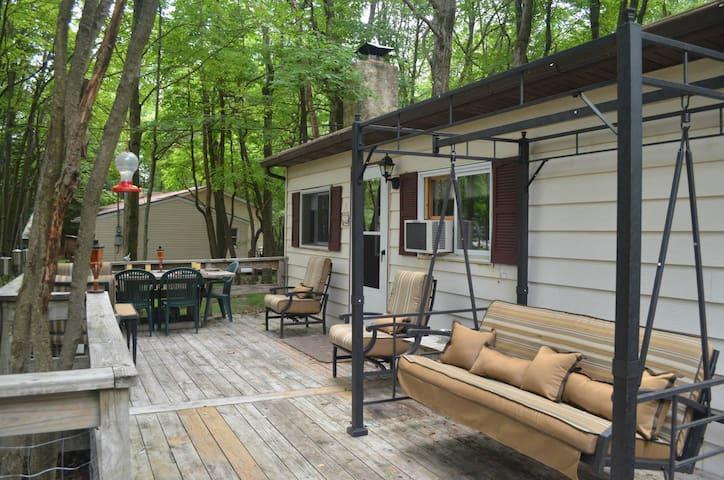 Front Porch Paradise - Pocono Cabin - Blakeslee - Бунгало