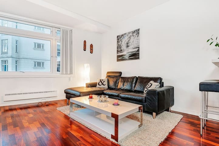 Valnøttparkett på gulv gir en varmere følelse av leiligheten.