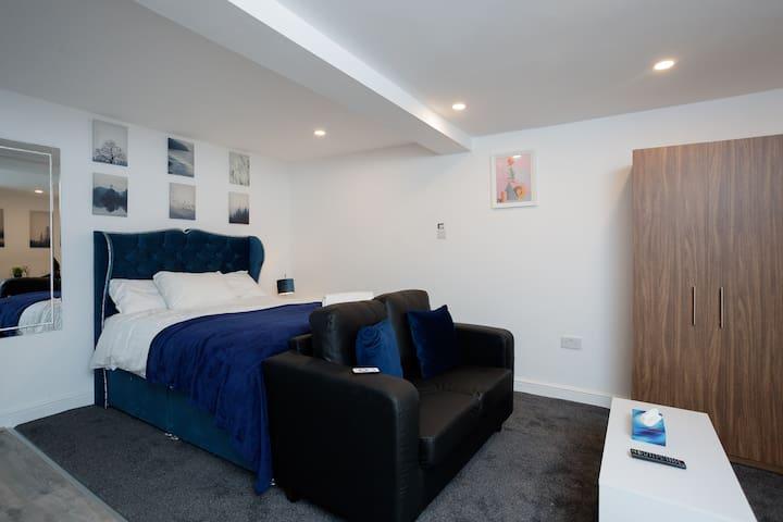 Studio Sleeps 2-Apartment-Private Bathroom