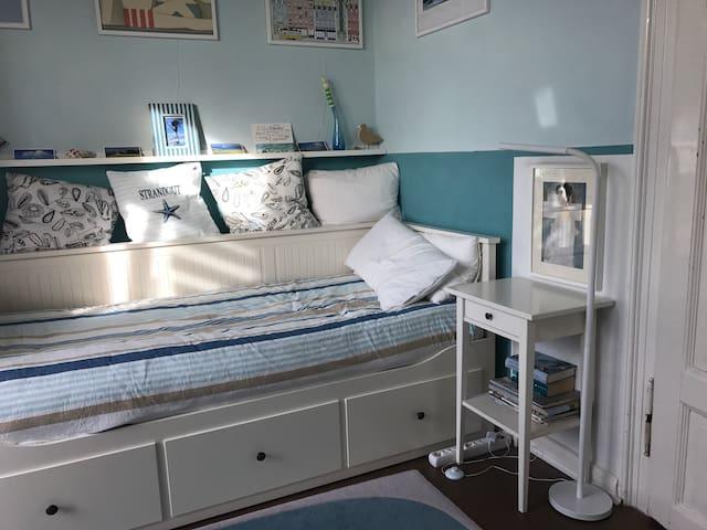bequemes Bett in blauem Zimmer (m.Balkon) näh. Uni - Gießen