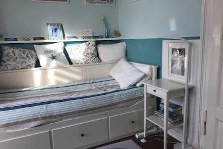 bequemes Bett in blauem Zimmer (m.Balkon) näh. Uni - Gießen - Apartamento