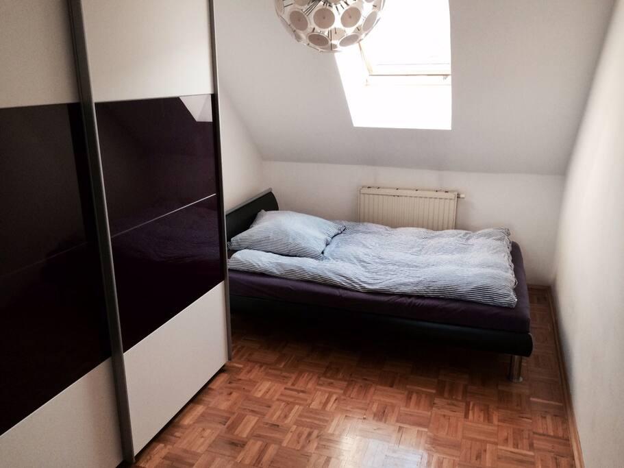 Helles Schlafzimmer mit großem Doppelbett