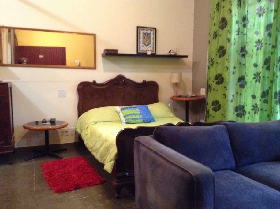 Cama de casal e possibilidade de uma cama de solteiro adicional.