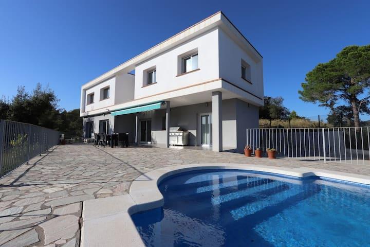 Villa luxueuse, neuve, moderne et lumineuse,
