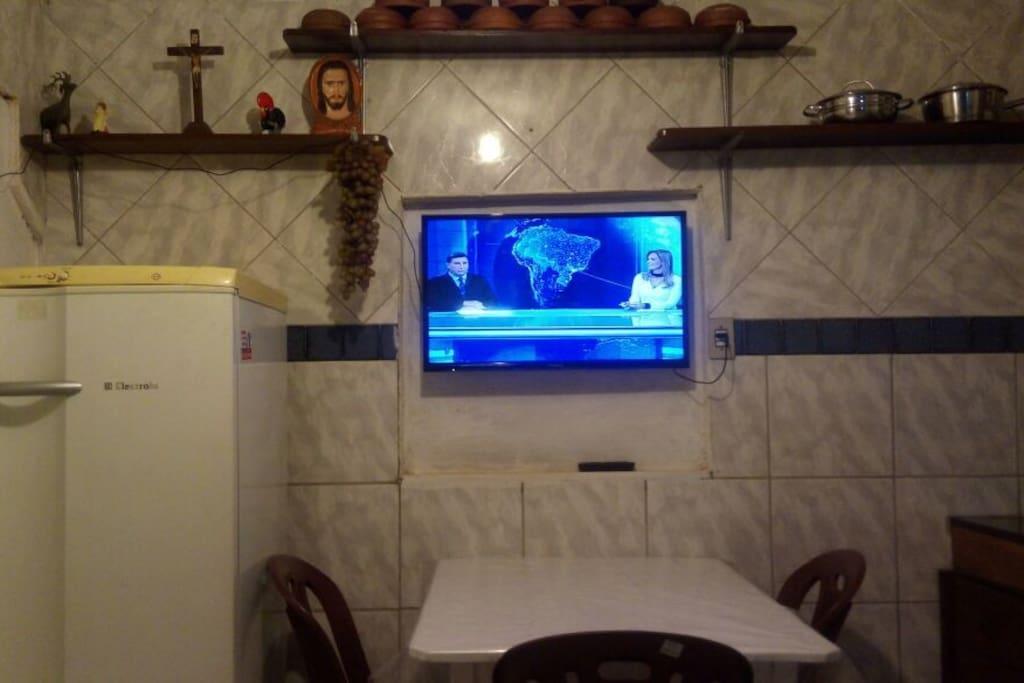 Cozinha aparelhada com geladeira, fogão, TV e conjunto de panelas, pratos e talheres para os hospedes usarem na confecção de suas próprias refeições. Por mais praticidade, existem vários restaurantes ou vendedores de comida caseira (marmitas) na área.
