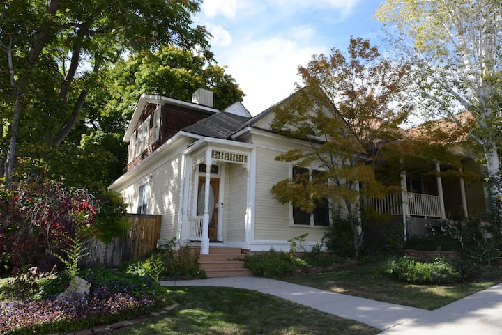 Charming, Private Queen Anne in Historic Avenues