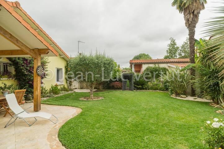 chambres dans villa avec jardin paysager au calme
